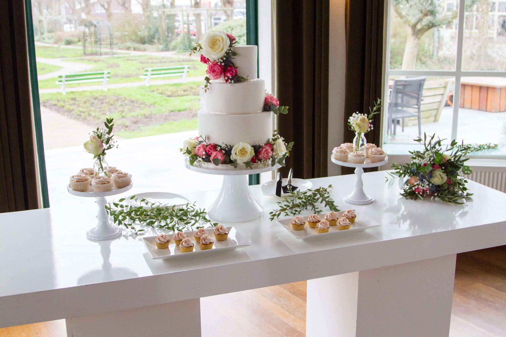 Sweet Table Romantisch Bruidstaart verse bloemen cupcakes cakepops