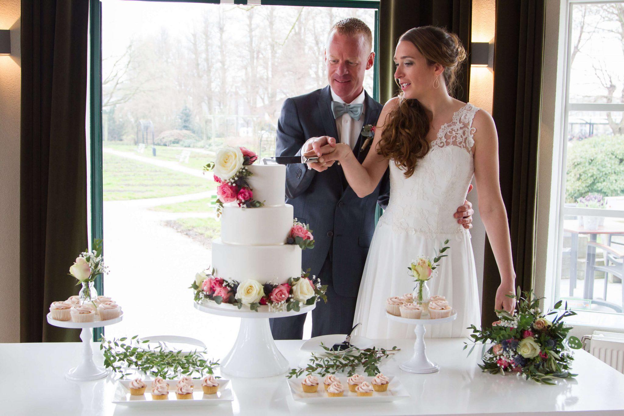 Sweet Table Bruidstaart Aansnijmoment Bloemen