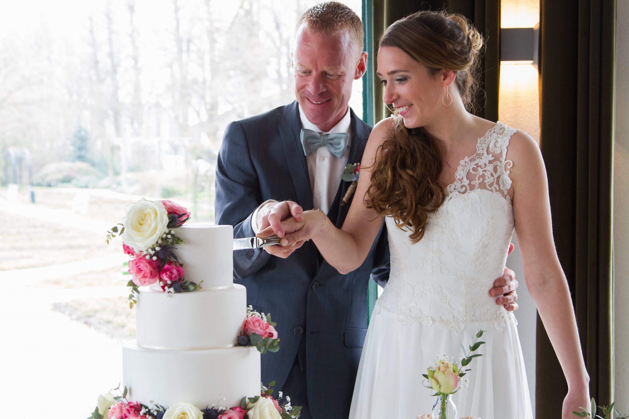 Romantisch Bruidstaart bloemen aansnijmoment huwelijk