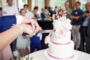Bruidstaart aansijden samen