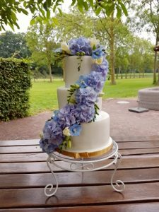 bruidstaart bloemenwaterval paars