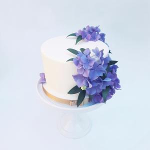 Bovenste laag bruidstaart jubileum taart paars