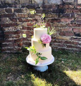 CLASSY CREME WEDDINGCAKE FRESH FLOWERS