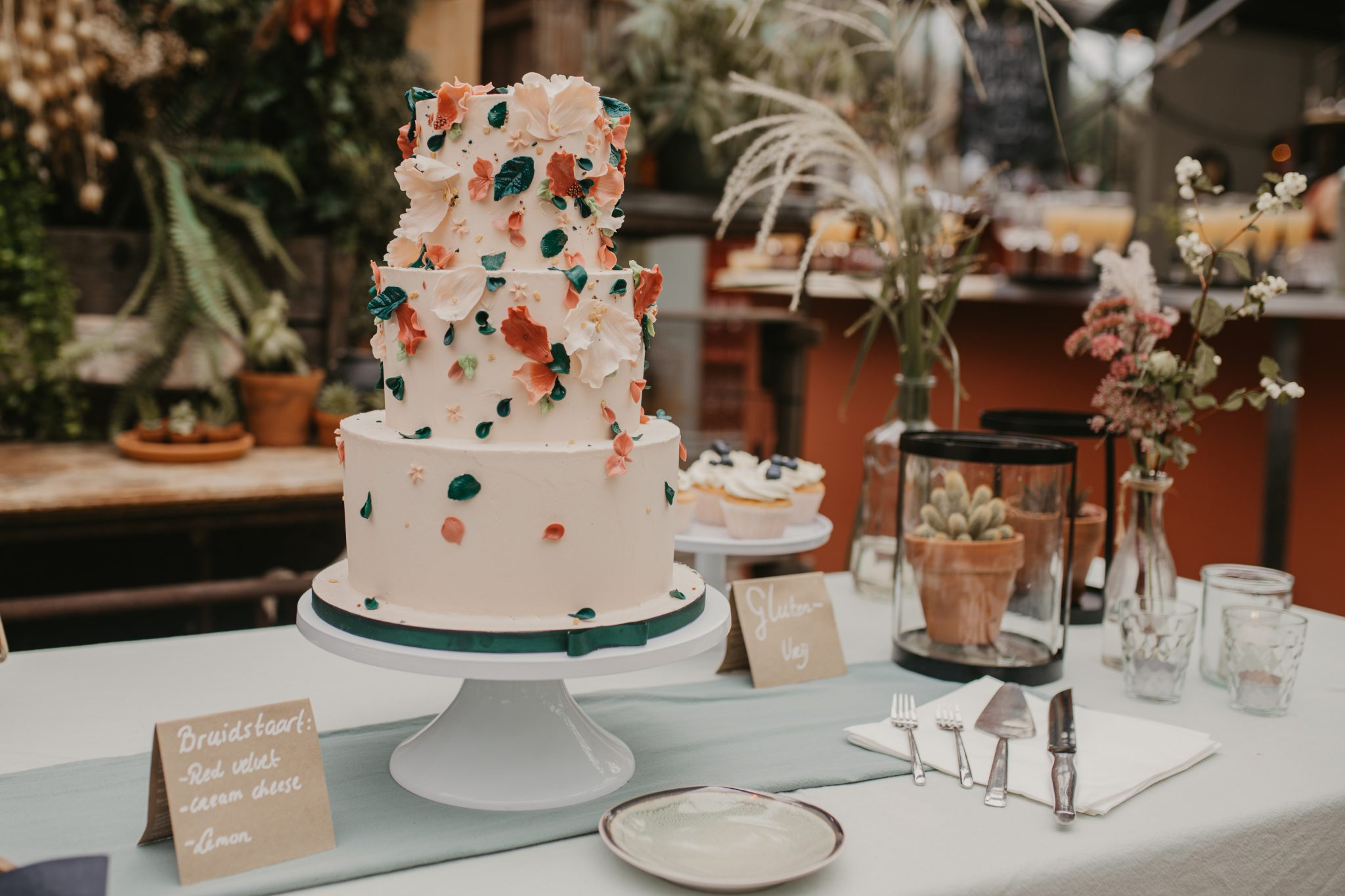Bloemblaadjes suikerbloemen bruidstaart